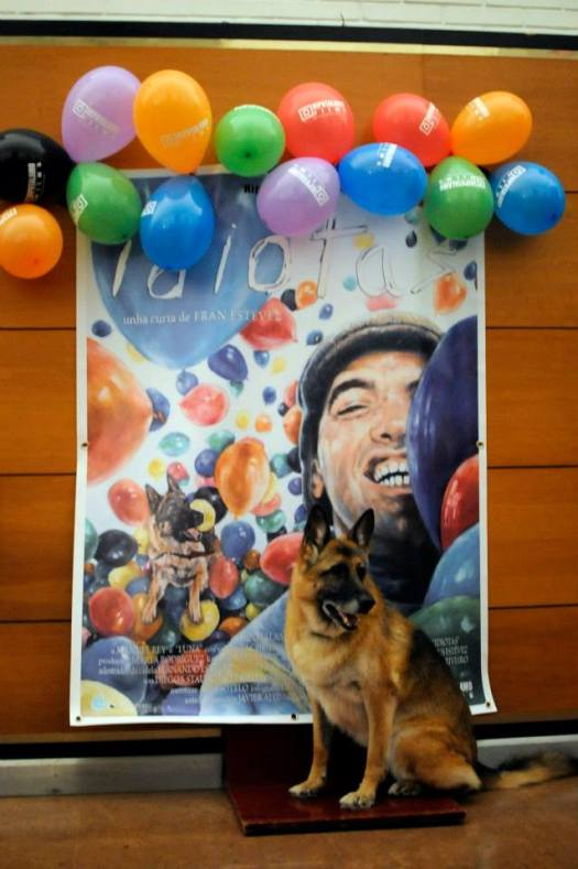 16.Luna, perro guía protagonista del corto Idiotas con cartel realizado por Eila Pérez detrás