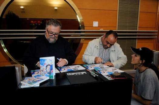 17.Los protagonistas firmando dvds del corto Idiotas